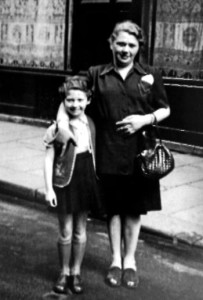 Irene Lewkowicz y su madre, Helena Lewkowicz, Paris 1946